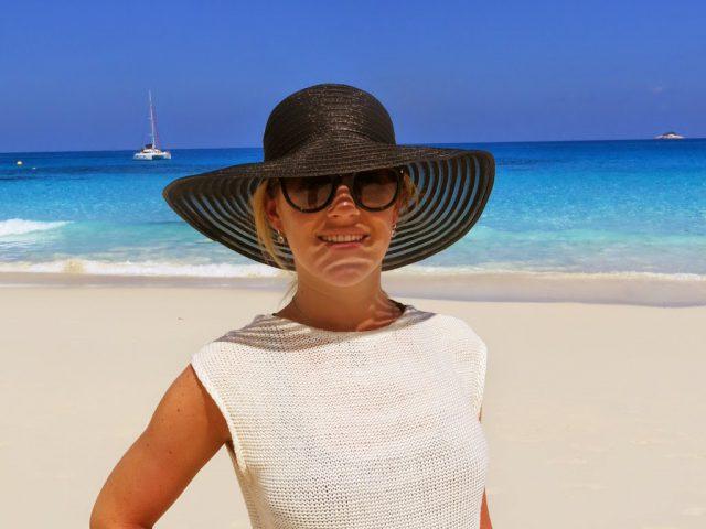 Maxime på stranden Petit Anse på ön La Digue på Seychellerna
