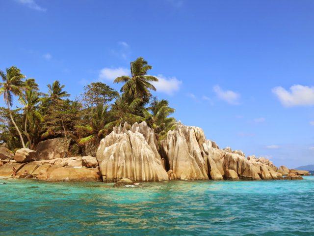 Den lila ön St Pierre utanför ön Praslin på Seychellerna