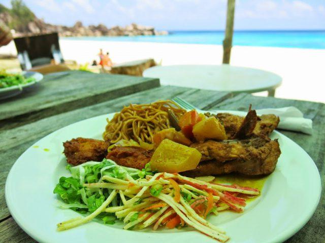 250 kronors buffé-lunch på stranden Grand Anse på ön La Digue på Seychellerna